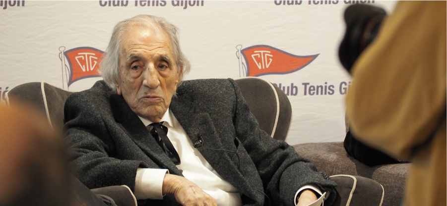 Mariano Marín recoge el primer Premio Castelao del COAA