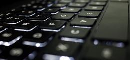 Puesto informático para colegiados en la sede de Gijón del COAA